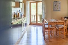 Einbauküche und Zugang zum Balkon